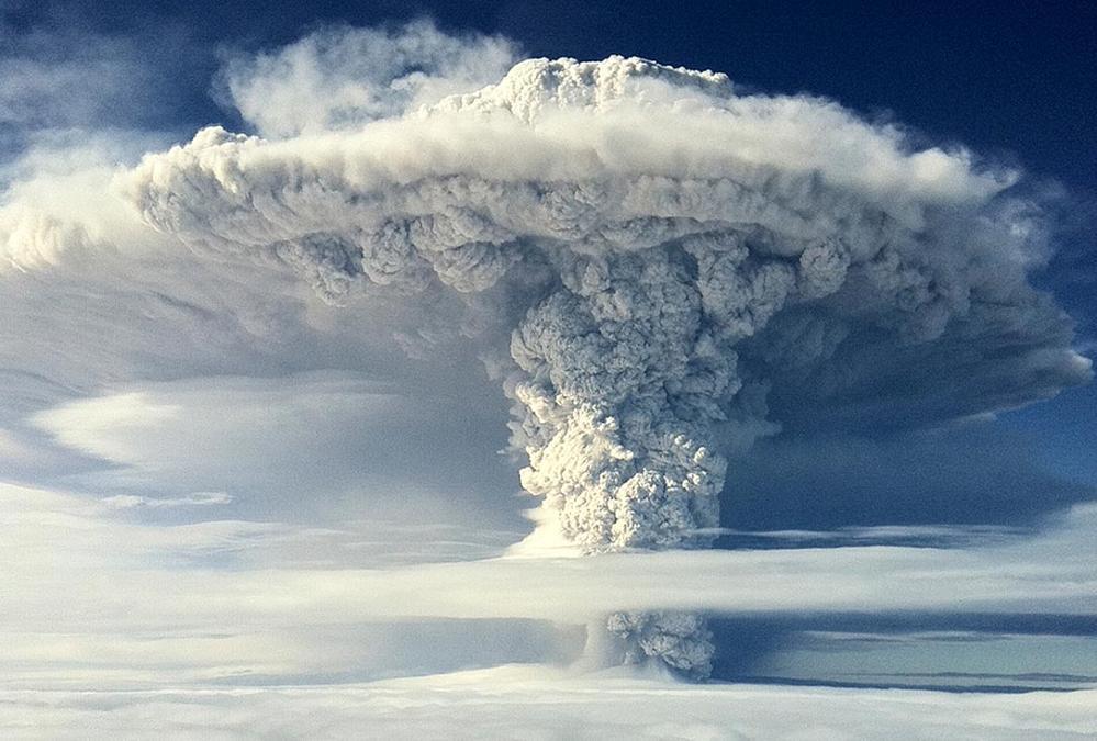 Грибовидное облако пепла над вулканом поднимается в стратосферу